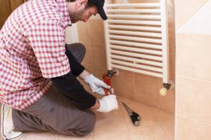 Reparatur einer Badezimmerheizung